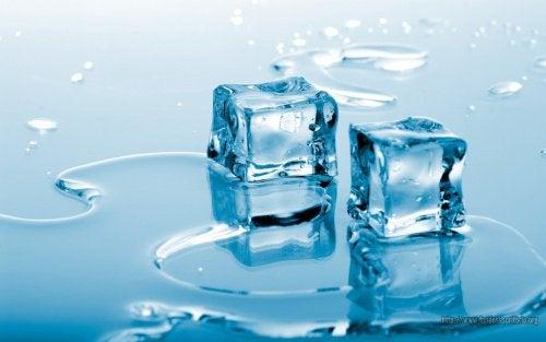 Стегнете бюста със студена вода