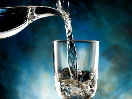 Топла вода за почистване на дърво