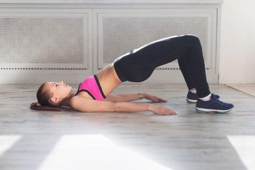 Упражнение мост или повдигане на дупето