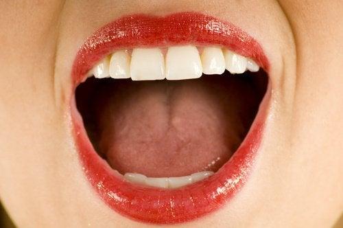 кокосовото масло служи за дезинфекция на устата