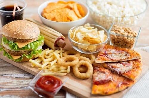 Вредните храни са една от основните причини за болката в коленете.