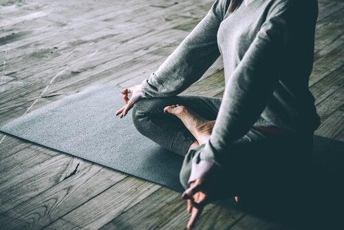 намалете ефекта от ранното побеляване на косата с йога и спорт