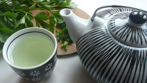 Детоксирайте черния дроб с този невероятен чай от магданоз и мента