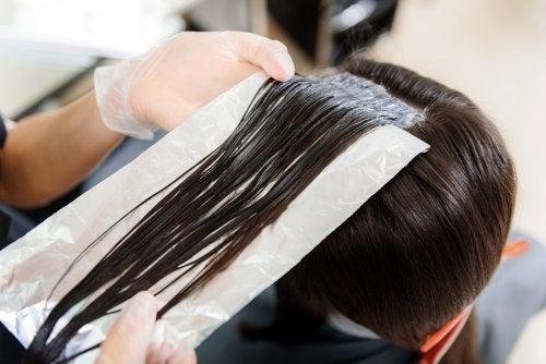 Алуминиевото фолио: помощник за красива коса