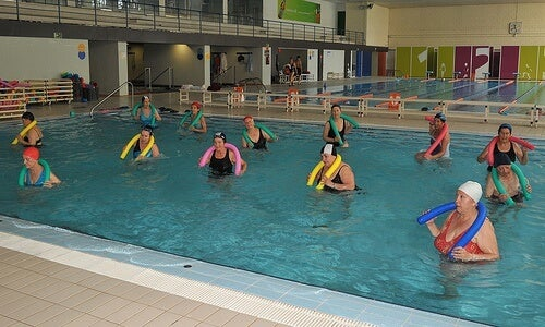 Практикувайте упражнения за мобилност в басейна