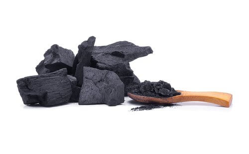 използвайте дървените въглища в борбата с плевелите