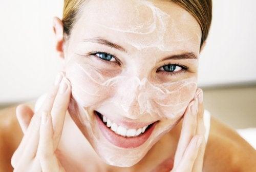 Едно от приложенията на кокосовото масло е за овлажняване на лицето.