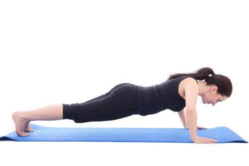 Чрез това упражнение ще поддържате гърба си изправен
