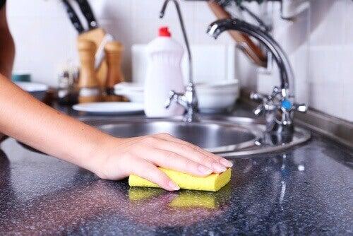 Гъбите, с които почиствате кухнятта събират много бактерии
