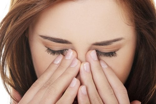 Търкането на очите може да доведе до възпаления