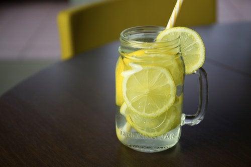 Вода с лимон за изгаряне на мазнини