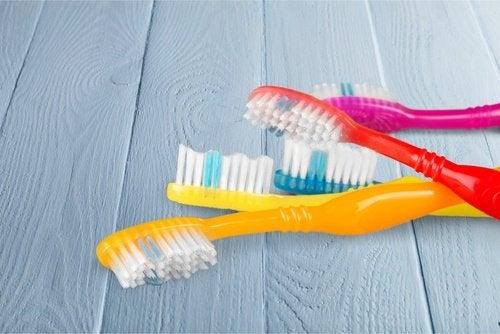 четки за зъби за почистване на прах под хладилника
