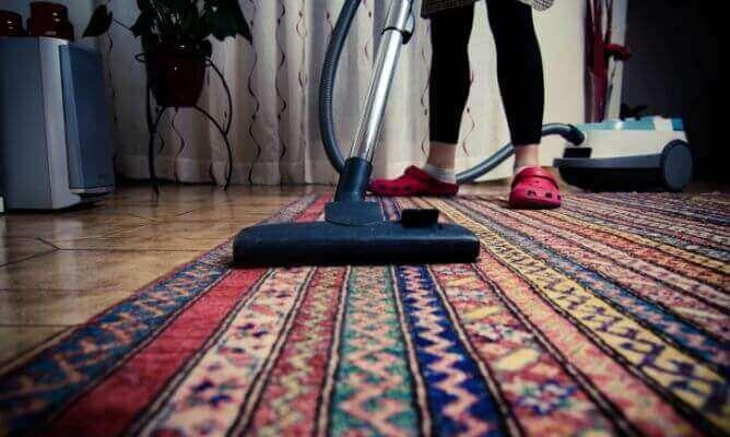 Чистете редовно килимите против неприятна миризма.