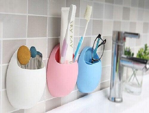 гребени и четки за коса в банята