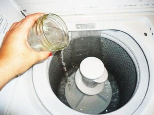 почистване на мухъл с водороден пероксид в пералната машина