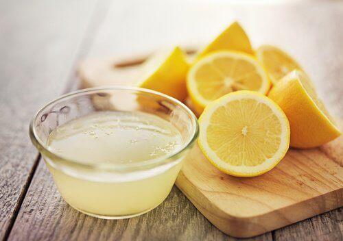 лимонов сок в комбинация със сода за хляб за избелване на хавлиите