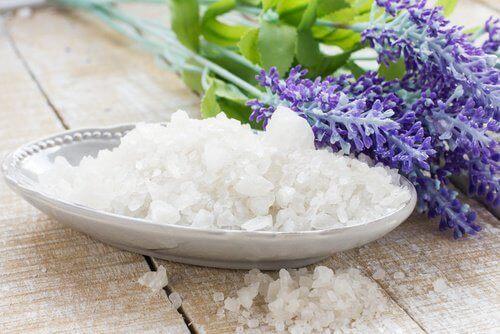 морската сол помага да се предотврати натрупването на неприятните миризми в гардероба