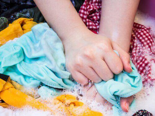 Запазването на дрехите ви и грижата за пералнята са напълно съвместими неща.
