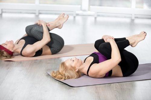 упражнения за корем чрез повдигане на коленете