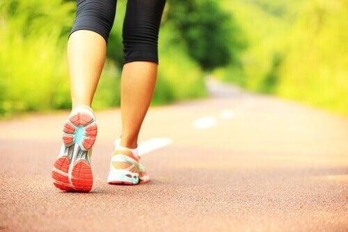 разходката помага за тонизиране на ръцете