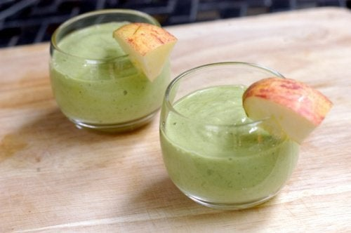 смутита с авокадо и ябълки