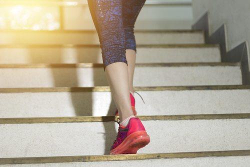 изкачване на стълби помага да изгорите най-малко 100 калории