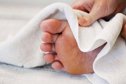 Поддържайте ходилата си сухи против гъбички по ноктите на краката.