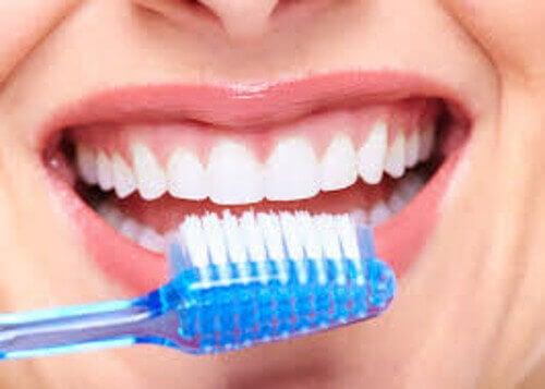 Кървенето при миене на зъби подсказва за рак на устата.