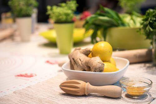 лимонът се комбинира чудесно с джинджифиловата вода