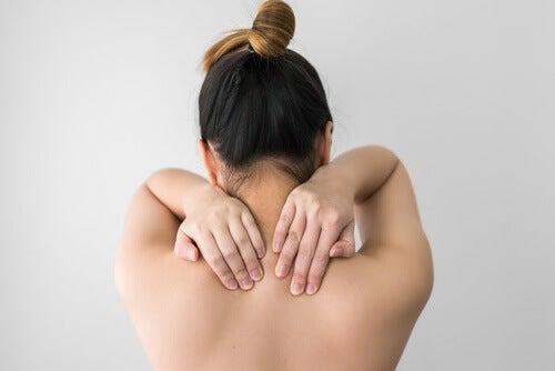 спането с мокра коса понякога причинява болка в мускулите