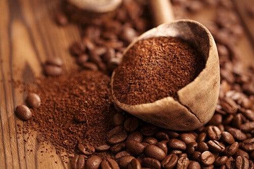 утайката от кафе помага да се предотврати натрупването на неприятните миризми в гардероба
