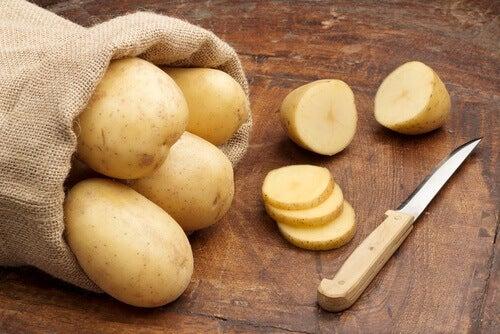 картофите помагат за премахване на оцветяването на подмишниците