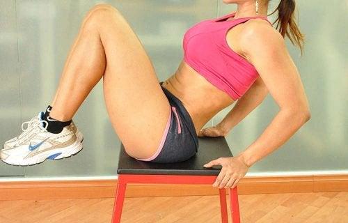 упражнения със стол - колене към гърди
