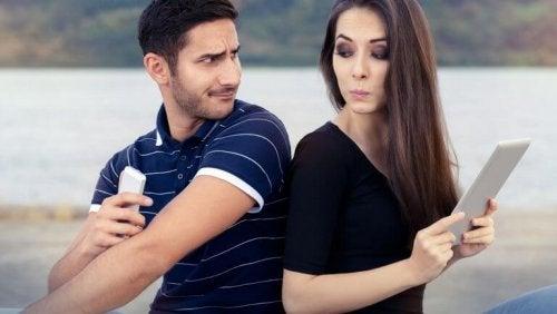 не трябва да търпите липсата на доверие, която ви демонстрира партньора