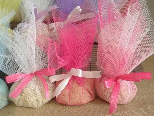 оризовите зърна помага да се предотврати натрупването на неприятните миризми в гардероба