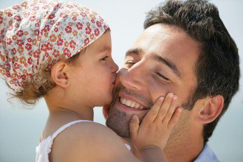 щастлив баща с дъщеря си