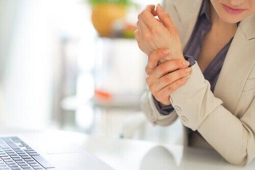 Усещането за скованост е сред основните симптоми на фибромиалгията.