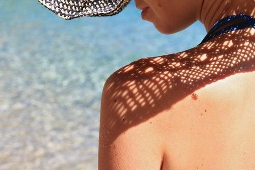 внимавайте със слънцето, ако искате да поддържате гърдите си стегнати
