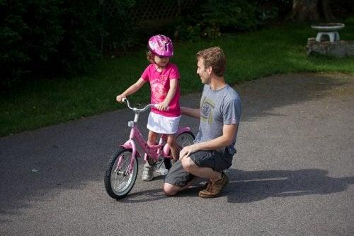 баща и дъщеря с колело