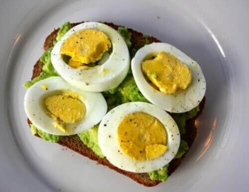 тост с авокадо и яйце за борба с мазнините