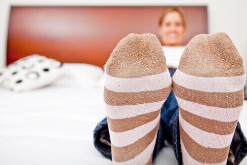 носете терапевтични чорапи против лошото кръвообръщение на краката