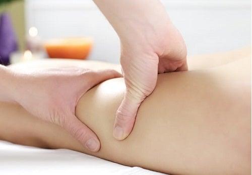 масаж с домашен мехлем против паякообразни вени