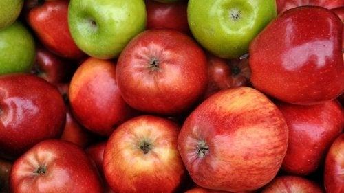 използвайте ябълки за премахване на тъмните кръгове