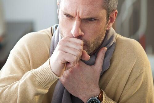 Когато чревните червеи мигрират към белите дробове, се появява суха кашлица.