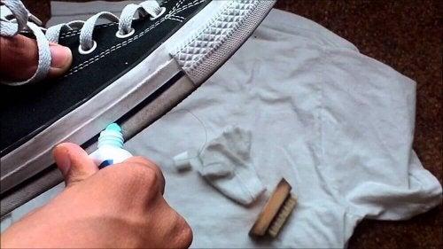 паста за зъби за почистване на обувките