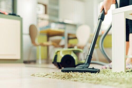 почистване на пода при наличие на въшки