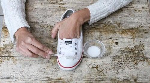 сода за хляб за почистване на обувките