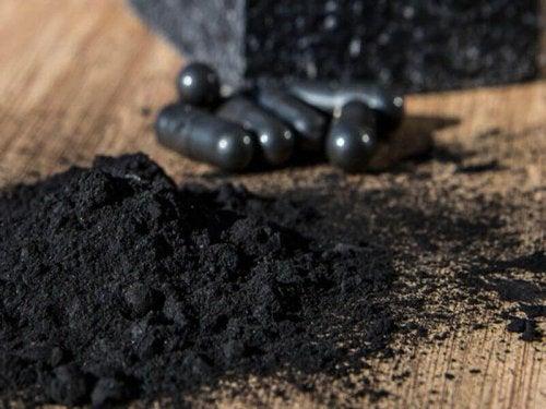 почистване на зъбния камък с активен въглен
