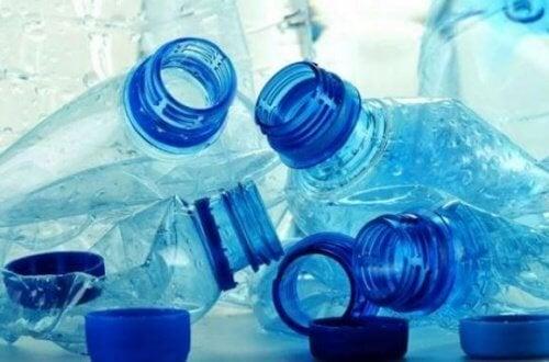 Пластмасовите бутилки могат да изпускат опасни химикали