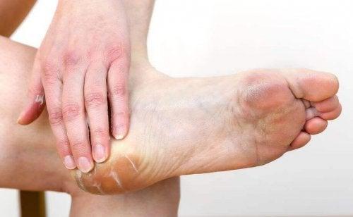 овлажнете краката си, преди да обуете обувки с токчета